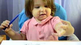 Η ζωγραφική μικρών κοριτσιών στον πίνακα, ανάπτυξη δημιουργικότητας, σύρει μια εικόνα, πρόωρη έναρξη, προσχολική έννοια απόθεμα βίντεο