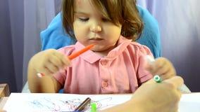 Η ζωγραφική μικρών κοριτσιών στον πίνακα, ανάπτυξη δημιουργικότητας, σύρει μια εικόνα, πρόωρη έναρξη, προσχολική έννοια φιλμ μικρού μήκους