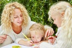Η ζωγραφική παιδιών μέσα Στοκ Φωτογραφίες