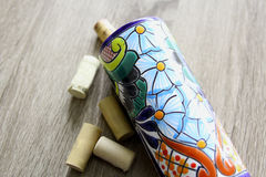 η ζωηρόχρωμα μεξικάνικα αγγειοπλαστική και το κρασί βουλώνουν πέρα από ένα ξύλο Στοκ φωτογραφία με δικαίωμα ελεύθερης χρήσης