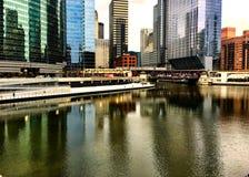 Η ζωηρόχρωμη αντανάκλαση της εικονικής παράστασης πόλης σε έναν ποταμό παγώματος Σικάγο κατά τη διάρκεια της χειμερινής ώρας κυκλ Στοκ Εικόνες