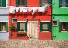 Η ζωηρόχρωμη αρχιτεκτονική του ηλιόλουστου νησιού Burano, ένα τουριστικό αξιοθέατο κοντά στη Βενετία, Ιταλία, η οποία παρουσιάζει Στοκ Εικόνες