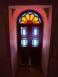 Η ζωηρόχρωμη λεκιασμένη διακόσμηση γυαλιού στο ιστορικό σπίτι σε Kas Στοκ Εικόνες