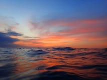 Η ζωηρόχρωμη επιφάνεια με τα ζωηρά χρώματα της αντανάκλασης ηλιοβασιλέματος και νύχτας πρίν αρχίζει της νύχτας βουτά στοκ φωτογραφία με δικαίωμα ελεύθερης χρήσης