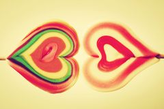 Η ζωηρόχρωμη καρδιά διαμόρφωσε τα γλυκά lollipops Στοκ φωτογραφία με δικαίωμα ελεύθερης χρήσης