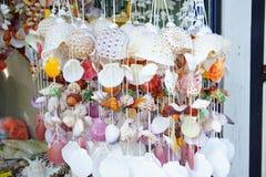 Η ζωηρόχρωμη κουρτίνα κοχυλιών έκανε από τη διακόσμηση κοχυλιών Στοκ Φωτογραφία