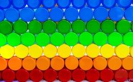 Η ζωηρόχρωμη πλαστική ΚΑΠ μπουκαλιών τακτοποιεί με τον όμορφους τόνο και το σχέδιο Μπλε, πράσινη, κίτρινη, πορτοκαλιά, και κόκκιν στοκ εικόνα