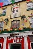 Η ζωηρόχρωμη πρόσοψη φραγμού μπαρ †του «Σων ` s της Ιρλανδίας ` s παλαιότερο Στοκ φωτογραφία με δικαίωμα ελεύθερης χρήσης