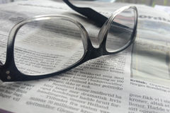 η ζωντανή ανασκόπηση η τυπωμένη άνθρωποι δοκιμή εφημερίδων γυαλιών Στοκ Φωτογραφίες