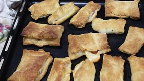 Η ζύμη ριπών βρίσκεται σε έναν ξύλινο πίνακα Η ζύμη τίθεται στον πίνακα Μια ζύμη για την παραγωγή των ριπών, γλυκά, πίτες r απόθεμα βίντεο
