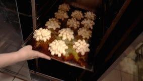 Η ζύμη ψήνει στο φούρνο απόθεμα βίντεο