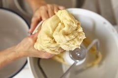 η ζύμη ψωμιού ζυμώνει τη γυναίκα Στοκ φωτογραφία με δικαίωμα ελεύθερης χρήσης