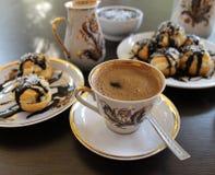 Η ζύμη Profiteroles choux, που ψήθηκε στην πλήρωση και την κρέμα φούρνων έχυσε τη σοκολάτα Στοκ φωτογραφία με δικαίωμα ελεύθερης χρήσης