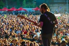Η ζώνη μουσικής ροκ Opeth αποδίδει στη συναυλία Download στο φεστιβάλ μουσικής βαρύ μετάλλου στοκ εικόνα με δικαίωμα ελεύθερης χρήσης