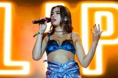 Η ζώνη μουσική ποπ Lipa Dua αποδίδει στη συναυλία FIB στο φεστιβάλ στοκ φωτογραφίες