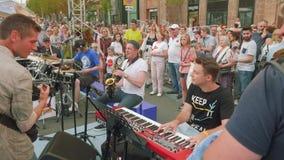 Η ζώνη τζαζ οδών αποδίδει στην οδό στο σκεπάρνι παιχνιδιού ημέρας πόλεων, πιάνο, τύμπανο απόθεμα βίντεο