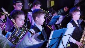 Η ζώνη τζαζ παιδιών ` s αποδίδει στο θέατρο κατά τη διάρκεια ενός φεστιβάλ μουσικής φιλμ μικρού μήκους