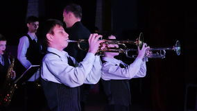 Η ζώνη τζαζ παιδιών ` s αποδίδει στο θέατρο κατά τη διάρκεια ενός φεστιβάλ μουσικής απόθεμα βίντεο