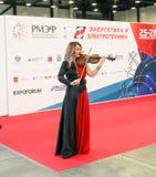 Η ηθοποιός παίζει το βιολί στοκ εικόνα με δικαίωμα ελεύθερης χρήσης