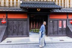 Ηληκιωμένος μπροστά από Chaya Ichiriki την είσοδο στην περιοχή Gion, Κιότο, Ιαπωνία Στοκ Εικόνες