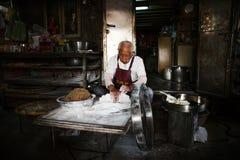Ηληκιωμένος που προετοιμάζει τα τρόφιμα Στοκ Φωτογραφίες