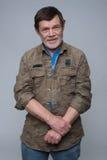 Ηληκιωμένος που στέκεται με τα διασχισμένα όπλα Στοκ εικόνες με δικαίωμα ελεύθερης χρήσης
