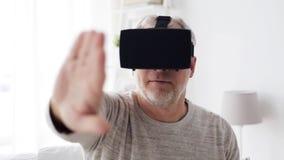 Ηληκιωμένος στην κάσκα ή τα τρισδιάστατα γυαλιά 2 εικονικής πραγματικότητας απόθεμα βίντεο