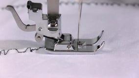 Η ηλεκτρική ράβοντας μηχανή κάνει μια ραφή του μαύρου νήματος κίνηση αργή φιλμ μικρού μήκους