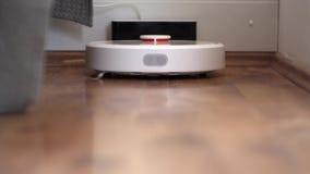 Η ηλεκτρική σκούπα ρομπότ αρχίζει φιλμ μικρού μήκους