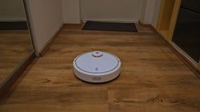 Η ηλεκτρική σκούπα ρομπότ καθαρίζει το διάδρομο φιλμ μικρού μήκους