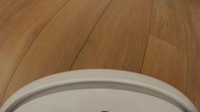 Η ηλεκτρική σκούπα ρομπότ στο πάτωμα, έξυπνος ρομποτικός αυτοματοποιεί την ασύρματη καθαρίζοντας μηχανή τεχνολογίας απόθεμα βίντεο