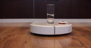 Η ηλεκτρική σκούπα ρομπότ φέρνει ένα πίσω κενό γυαλί απόθεμα βίντεο
