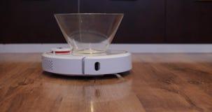 Η ηλεκτρική σκούπα ρομπότ φέρνει το κενό πιάτο των γλυκών από τα αριστερά προς τα δεξιά απόθεμα βίντεο
