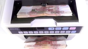 Η ηλεκτρονική αντίθετη μηχανή χρημάτων μετρά τα ρωσικά πέντε-χιλιοστά τραπεζογραμμάτια ρουβλιών απόθεμα βίντεο