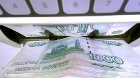 Η ηλεκτρονική αντίθετη μηχανή χρημάτων μετρά τα ρωσικά τραπεζογραμμάτια ρουβλιών φιλμ μικρού μήκους
