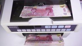 Η ηλεκτρονική αντίθετη μηχανή χρημάτων μετρά τις ρουπίες του Μαυρίκιου φιλμ μικρού μήκους