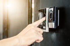 Η ηλεκτρονική ψηφιακή πόρτα στο δακτυλικό αποτύπωμα ανίχνευσης ανώτερων υπαλλήλων για εισάγεται Στοκ εικόνες με δικαίωμα ελεύθερης χρήσης