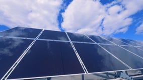 Η ηλιακή κατασκευή μπαταριών λειτουργεί σε μια στέγη απόθεμα βίντεο