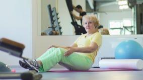 Η ηλικιωμένη γυναίκα έπεσε κοιμισμένη στη γυμναστική απόθεμα βίντεο