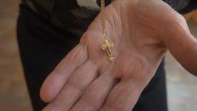 Η ηλικιωμένη γυναίκα βάζει το χριστιανικό σταυρό στο φοίνικα φιλμ μικρού μήκους