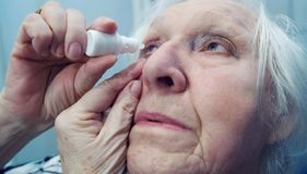 Η ηλικιωμένη γυναίκα ρίχνει τα μάτια της Πυροβολισμός κινηματογραφήσεων σε πρώτο πλάνο στοκ φωτογραφία με δικαίωμα ελεύθερης χρήσης