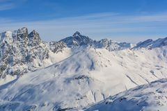 Η ηλιοφάνεια βουνών κορυφών καλύπτει τα ίχνη στο χιόνι στοκ εικόνες