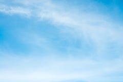 Η ηλιοφάνεια καλύπτει τον ουρανό κατά τη διάρκεια του υποβάθρου πρωινού Μπλε, άσπρος ουρανός κρητιδογραφιών, μαλακό φως του ήλιου Στοκ φωτογραφία με δικαίωμα ελεύθερης χρήσης