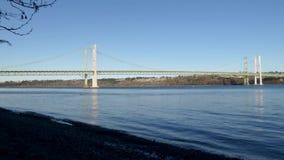 Η ηλιόλουστη ημέρα απογεύματος πέρα από το Τακόμα στενεύει τη γέφυρα απόθεμα βίντεο