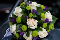 η ημέρα αυτοκινήτων ανθοδεσμών βρίσκεται θερινός γάμος ευτυχής εκλεκτής ποιότητας γάμος ημέρας ζευγών ιματισμού Στοκ φωτογραφίες με δικαίωμα ελεύθερης χρήσης