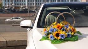 η ημέρα αυτοκινήτων ανθοδεσμών βρίσκεται θερινός γάμος Όμορφη ανθοδέσμη με το αυτοκίνητο ευτυχής εκλεκτής ποιότητας γάμος ημέρας  φιλμ μικρού μήκους