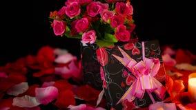Η ημέρα βαλεντίνων διακοσμήσεων με τα κιβώτια δώρων, κάψιμο κεριών και αυξήθηκε μήκος σε πόδηα πετάλων φιλμ μικρού μήκους