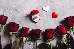 Η ημέρα βαλεντίνων με παντρεύει γαμήλιο δαχτυλίδι αρραβώνων στο κιβώτιο με το κόκκινο ροδαλό δώρο Στοκ Φωτογραφίες