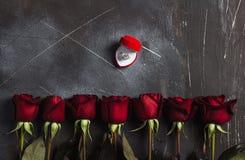 Η ημέρα βαλεντίνων με παντρεύει γαμήλιο δαχτυλίδι αρραβώνων στο κιβώτιο με το κόκκινο ροδαλό δώρο Στοκ Εικόνες