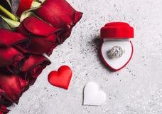 Η ημέρα βαλεντίνων με παντρεύει κιβώτιο γαμήλιων δαχτυλιδιών αρραβώνων με το κόκκινο ροδαλό δώρο Στοκ Εικόνα